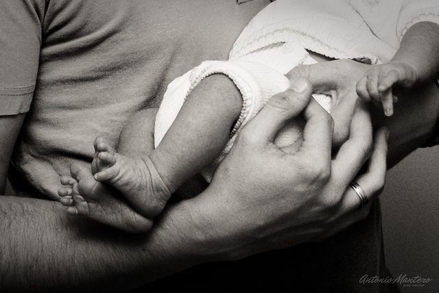 Nouveau né dans les bras noir et blanc