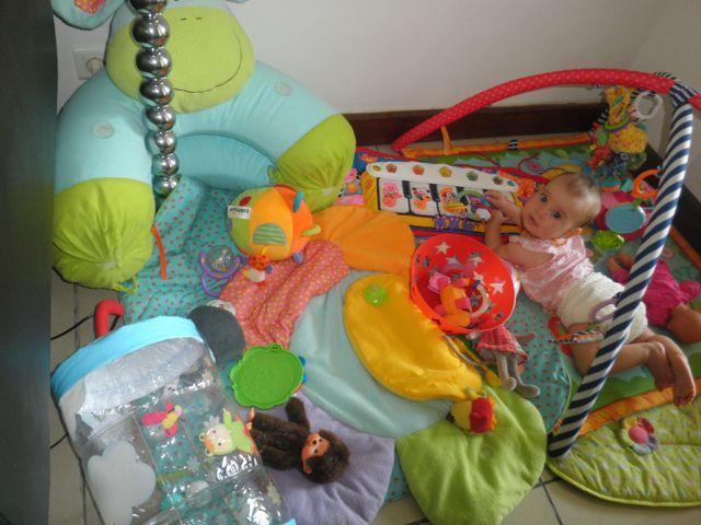 Bébé sur son tapis d'éveil... Au début, il reste en place!