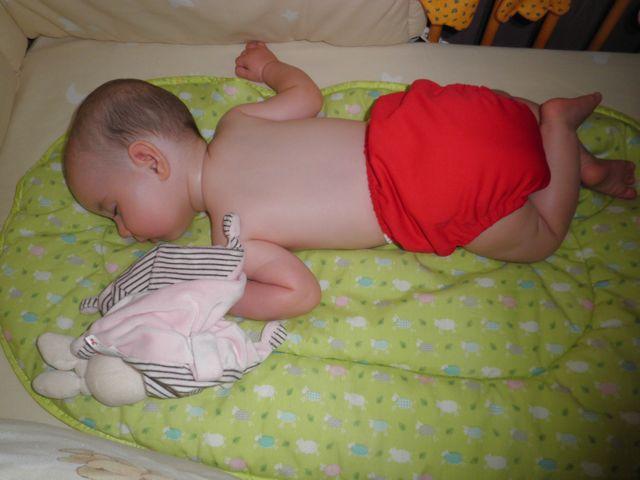Bébé dort paisiblement dans son lit