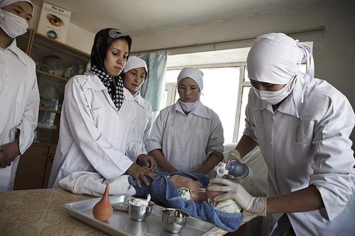 Avec le soutien du Canada, les projets qui permettent d'améliorer la qualité et l'accès à des soins obstétriques d'urgence en Afghanistan, tels que des sages-femmes qualifiées, aident à réduire le taux de mortalité infantile, qui s'est grandement amélioré depuis 2000.