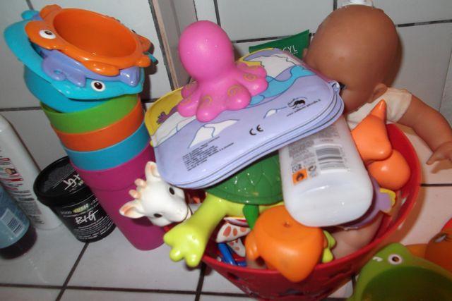 Working mum prévoit plein de jouets pour le bain