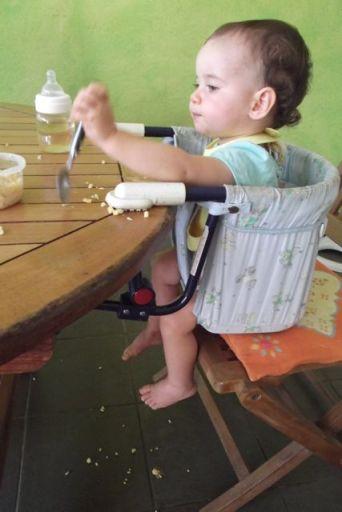 Quand bébé mange des coquillettes, il y en a plus pour les fourmis