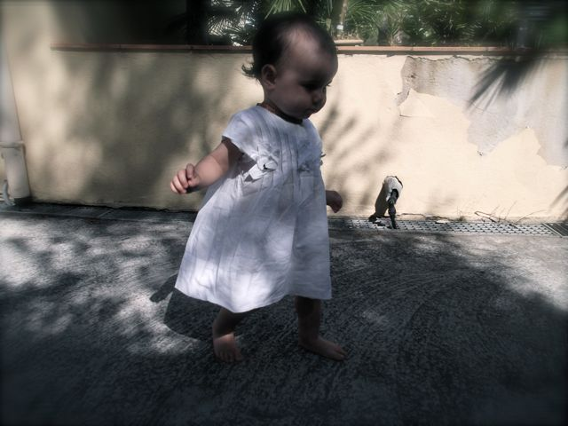 Bébé porte une robe