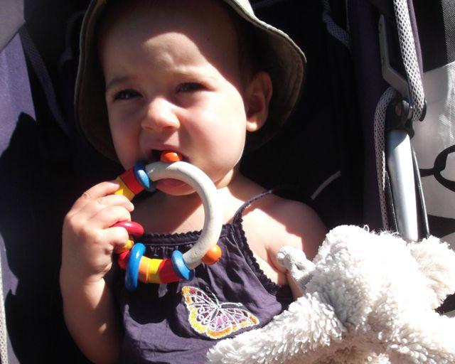 Bébé mord le hochet en bois: vive les poussées dentaires!