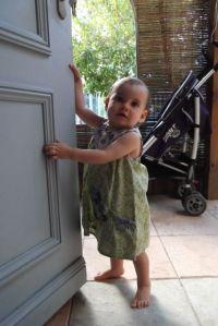 Bien habillée avec une jolie robe... En route pour la halte garderie!