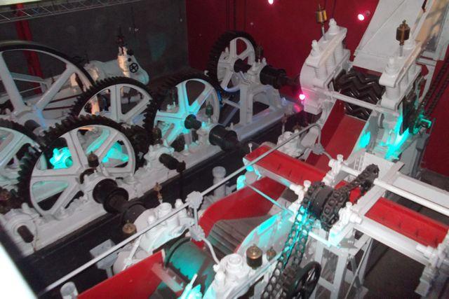 Le moulin, pour extraire le jus de la canne à sucre, comprend une machine à vapeur, un défibreur, trois moulins, une rampe à bagasse.