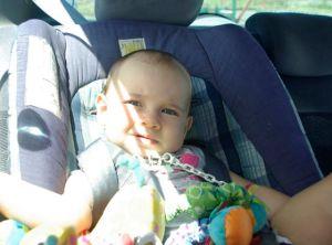 Mettre bébé dans son siège auto peut devenir vite galère