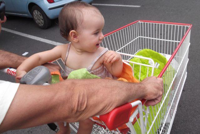 Bébé va en courses