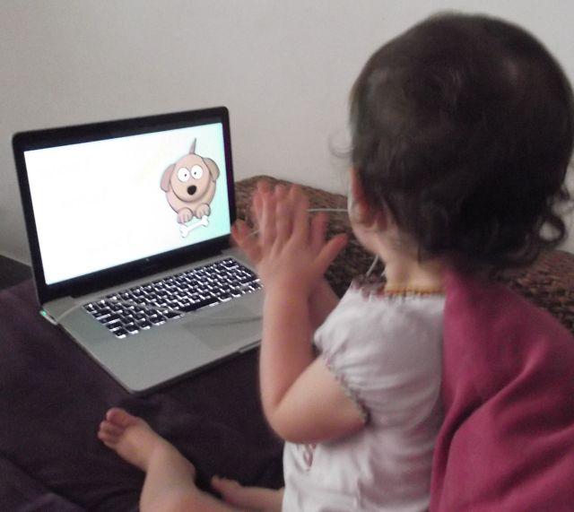 Bébé regarde des programmes que maman sélectionne soigneusement :-)