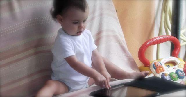 Bébé dévérouille l'Ipad avec les deux doigts! C'est sur ça va marcher...