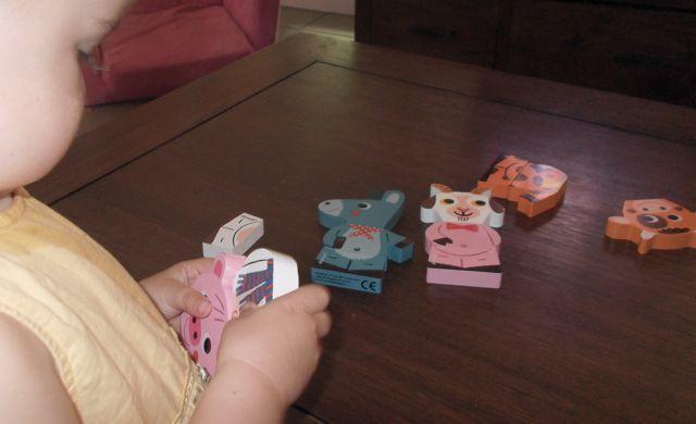 Bébé manipule facilement les funny magnets