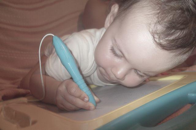 Bébé dessine et écrit dès 18 mois!