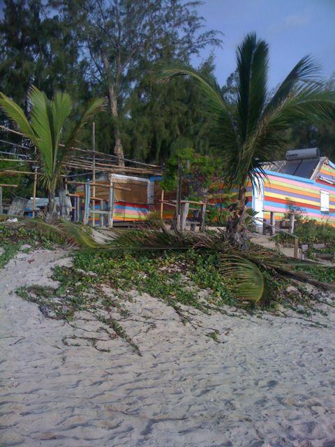 2 janvier, on se prépare au passage du cyclone en barricadant et renforçant les abris et resto de plage (malgré le beau ciel bleu)