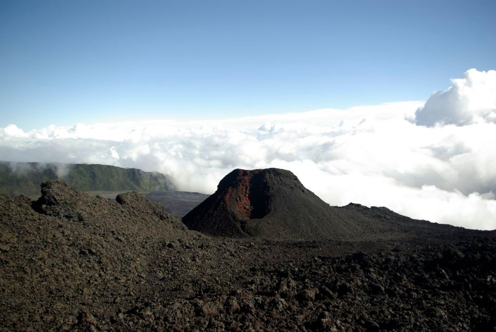 Le cratère Kapor avec un flou de nuages derrière