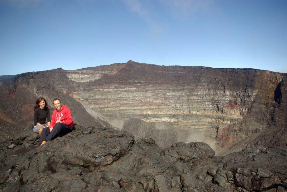 Le frère et la soeur au sommet de la Fournaise: fiers de notre rando!