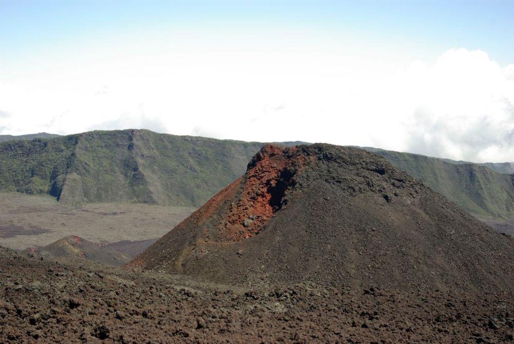 Cratère Kapor et son rouge vif