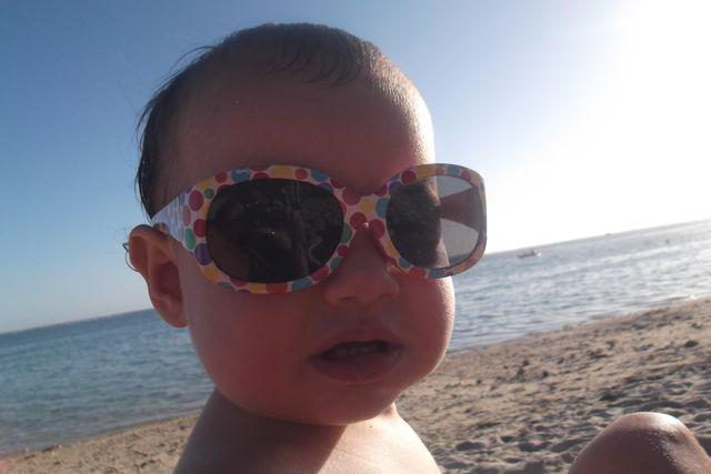 bebe-avec-lunettes-de-soleil