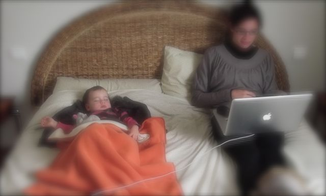 bebe dans un grand lit