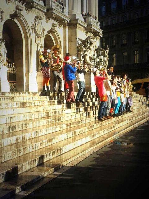 Paris-balade-fanfare sur la place de l'Opéra
