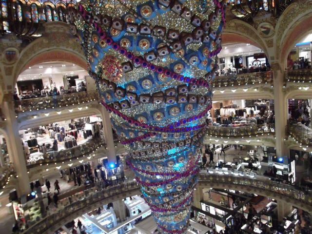 vitrines-noel-paris-2014-sapin renversé galerie Lafayette