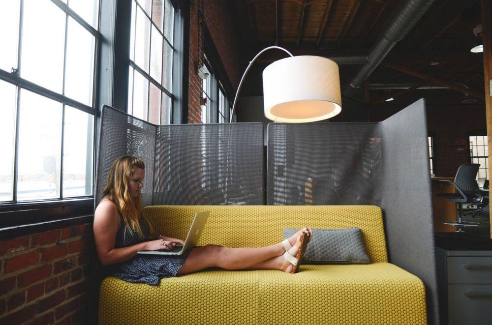 freelance sur un canapé